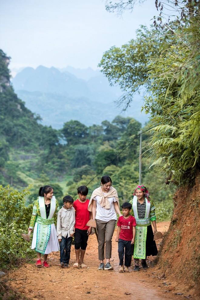 Hoa hậu Lương Thùy Linh làm đường lên núi cho người dân tại quê hương Cao Bằng