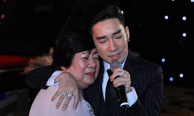 Quang Hà nghẹn ngào ôm mẹ hát trong buổi biểu diễn bù diễn ra vào chiều 28-8 tại Hà Nội
