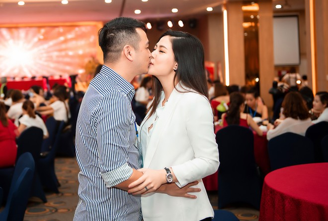 Người bạn đời của Ngọc Hiền không ngần ngại trao cho cô nụ hôn ngọt ngào trước mặt mọi người