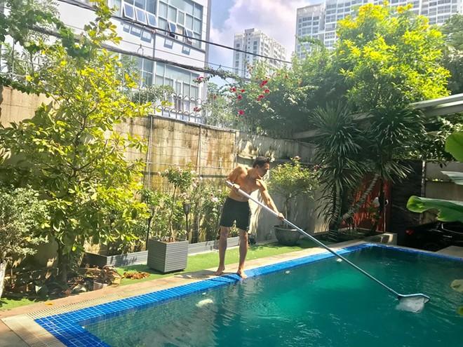 Bức ảnh Kim Lý hăng hái dọn dẹp bể bơi cho nhà Hà Hồ được mẹ cô chia sẻ trên mạng xã hội
