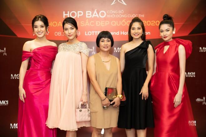 Bà Nguyễn Thị Thúy Nga (giữa) cùng các người đẹp tại sự kiện họp báo công bố cuộc thi
