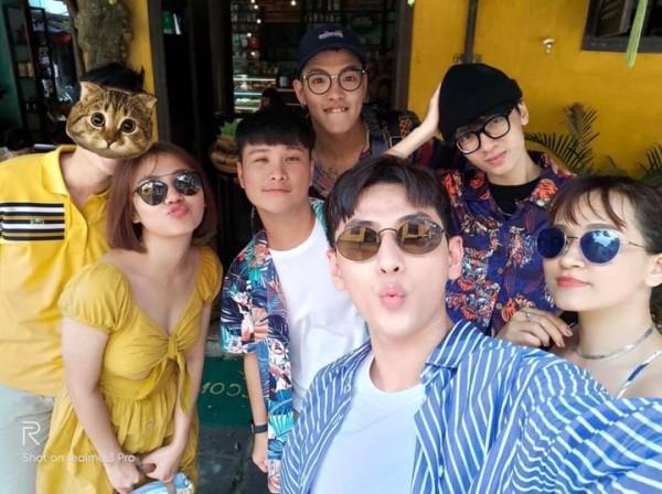 Hình ảnh Văn Mai Hương và bạn trai giấu mặt khi đi du lịch chung cùng bạn bè
