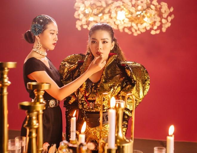 """Lệ Quyên hóa """"nữ hoàng"""", huy động hàng trăm tấn phụ kiện để quay teaser"""