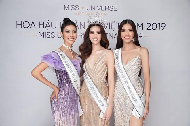 Á hậu 1 Kim Duyên (bên phải) cùng Á hậu 2 Hồng Vân (bên trái) và Hoa hậu Khánh Vân (giữa)