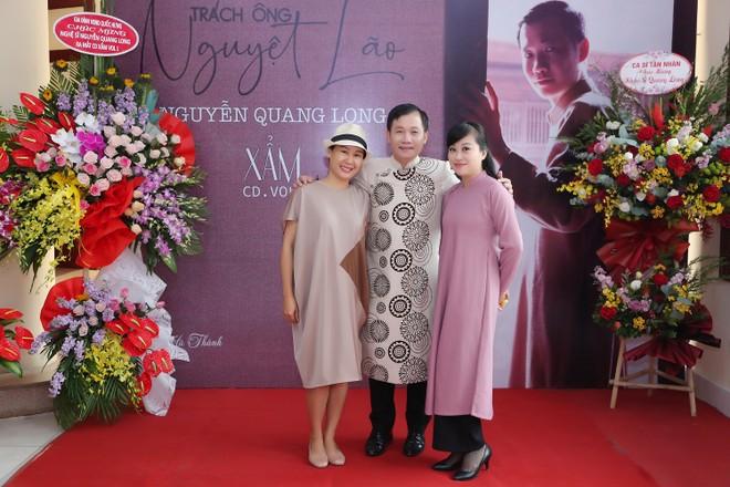"""Nhạc sĩ Nguyễn Quang Long tâm sự, anh viết bài xẩm """"Duyên phận tơ vòng"""" cách đây chưa đầy 1 tháng và viết tặng cho nghệ sĩ Mai Tuyết Hoa. Ngoài đời, anh có mối quan hệ bạn bè thân thiết với cả nghệ sĩ Mai Tuyết Hoa (bên phải) và nhạc sĩ Giáng Son (bên trái)"""