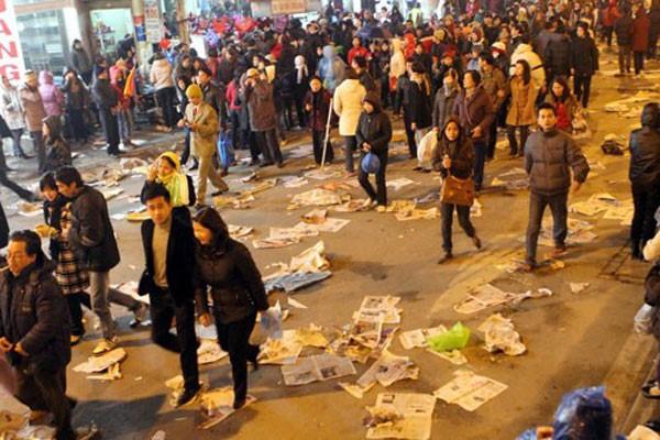 Xả rác bừa bãi là một trong những hành vi ứng xử thiếu văn hóa vẫn xuất hiện ở Hà Nội