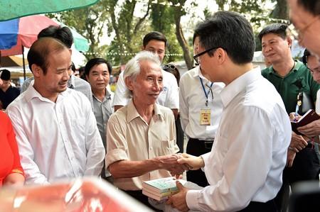 Phó Thủ tướng Vũ Đức Đam tặng sách cho độc giả tại Ngày Sách Việt Nam 2019 (ảnh: VGP)