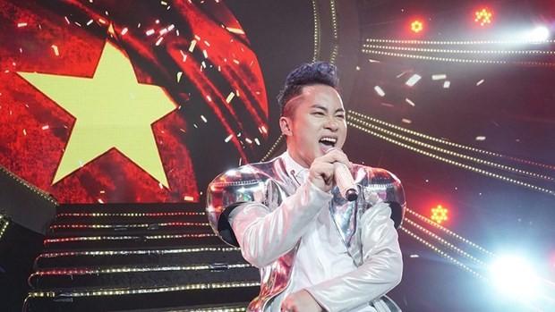"""Tùng Dương làm """"nóng"""" sân khấu với ca khúc """"We are the champions"""""""
