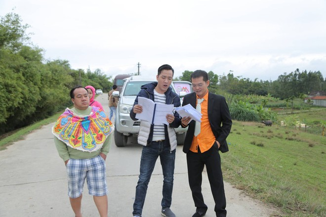 Đạo diễn Phạm Đức Dũng, NSND Trung Hiếu và diễn viên Hiếu Hiền trên trường quay một phim hài Tết