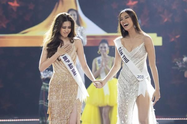 """Kim Duyên (bên phải) và Khánh Vân (bên trái) trong giây phút chờ công bố kết quả tại đêm chung kết """"Hoa hậu Hoàn vũ Việt Nam 2019"""""""