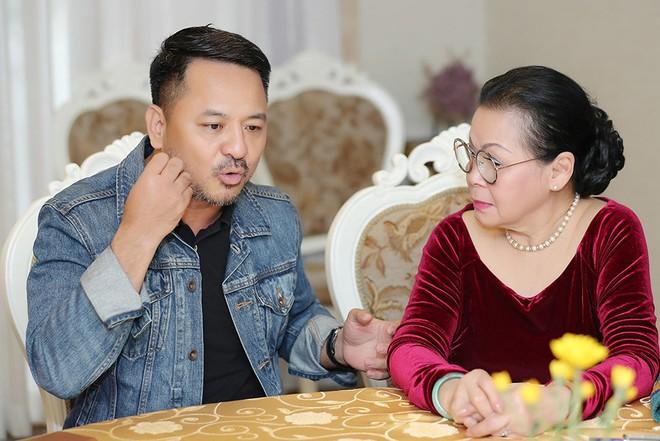 Đại diện đơn vị tổ chức trao đổi cùng danh ca Khánh Ly về việc tổ chức chương trình