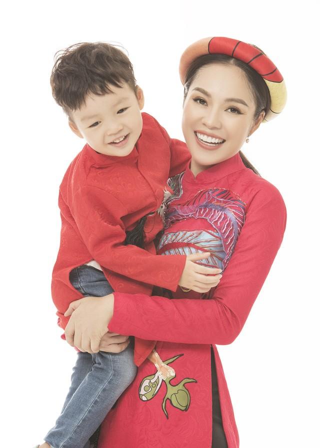 Dương Cẩm Lynh tìm thấy bình yên bên cậu con trai bé bỏng