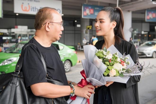 Quỳnh Nga đón chuyên gia sắc đẹp