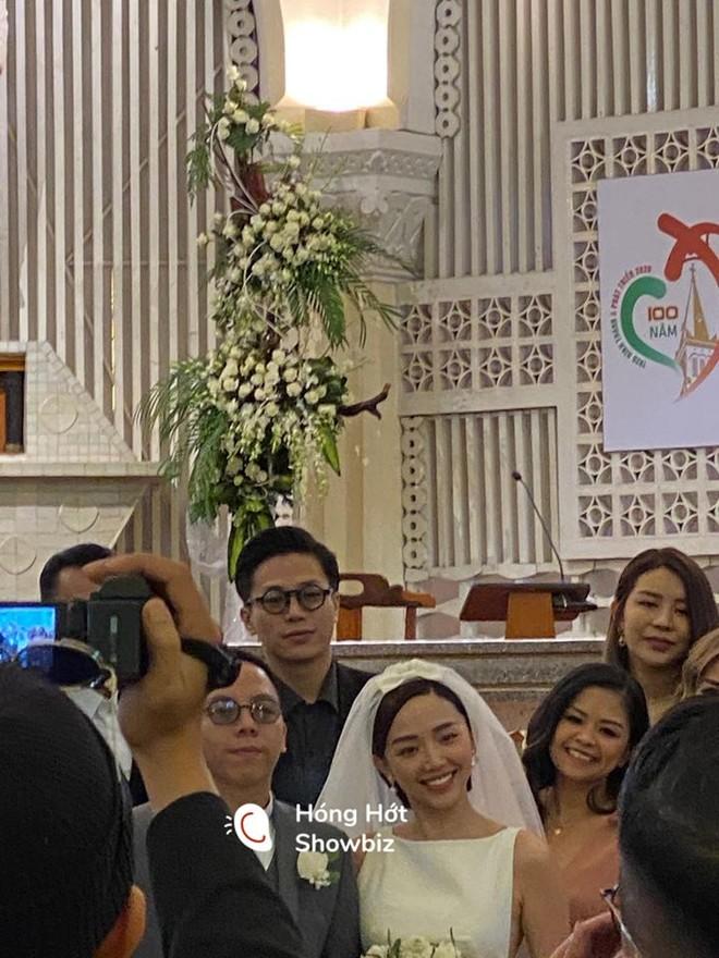 Hình ảnh hiếm hoi về đám cưới của Tóc Tiên và Hoàng Touliver tại nhà thờ ở Đà Lạt được chia sẻ trên một trang mạng xã hội