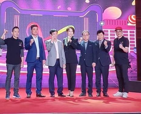 Đạo diễn NSƯT Đỗ Đức Thành (ngoài cùng bên trái) cùng êkip sản xuất chương trình