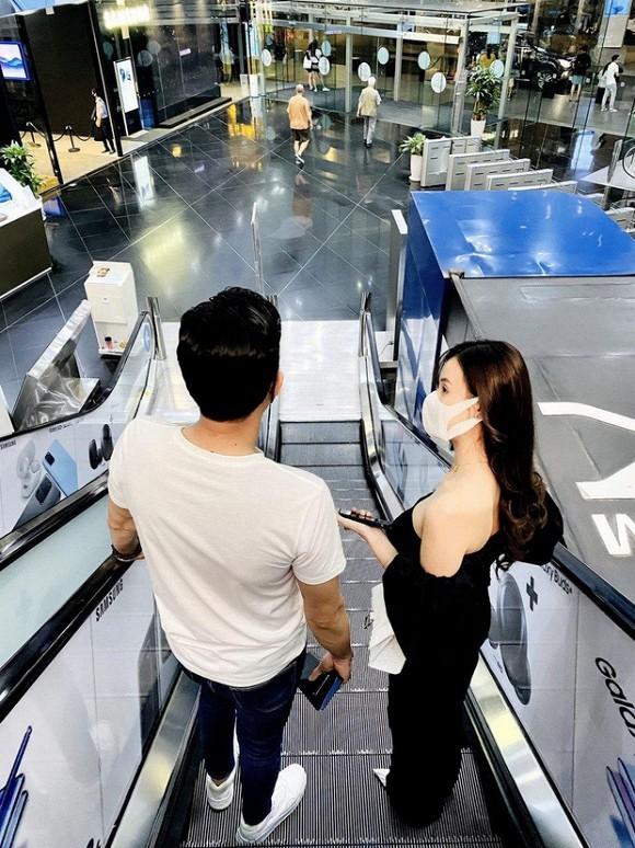 Quốc Trường và Midu bị bắt gặp đi mua sắm cùng nhau tại một trung tâm thương mại