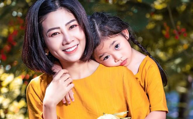 Nụ cười rạng rỡ đầy lạc quan của Mai Phương bên cô con gái nhỏ - bé Laive
