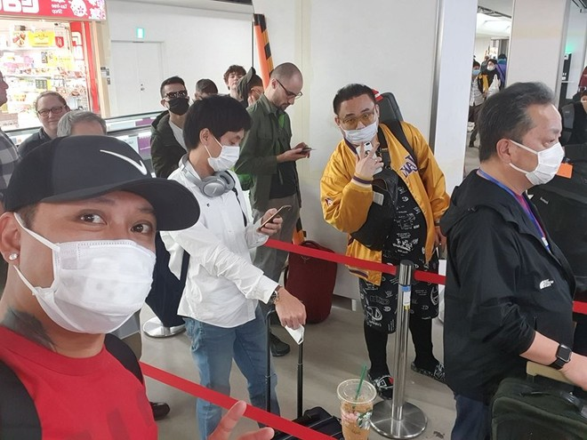Tuấn Hưng làm thủ tục nhập cảnh tại sân bay Nội Bài, Hà Nội vào tối 10-3-2020