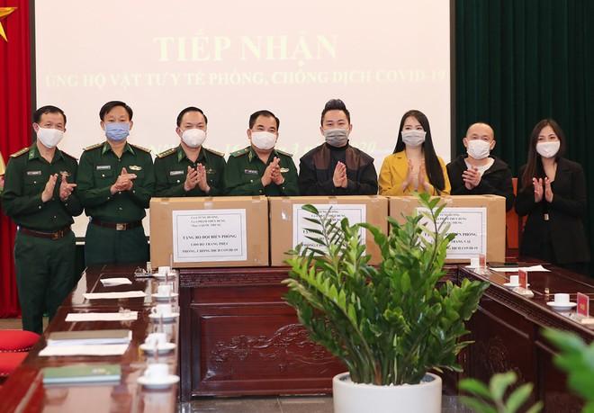 Tùng Dương cùng đồng nghiệp trao tặng trang bị bảo hộ chống Covid-19