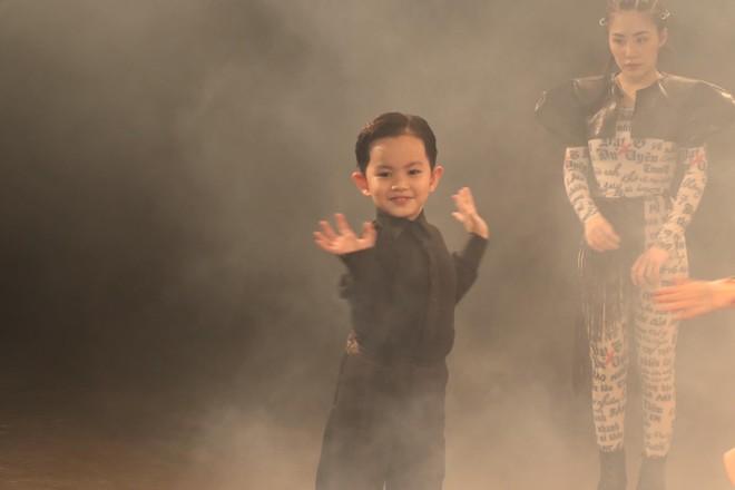 Con trai 4 tuổi của Khánh Thi và Phan Hiển đóng MV ca nhạc