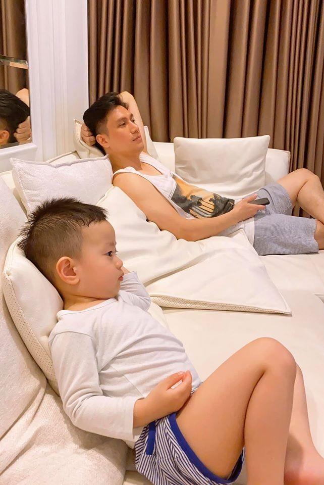 Hình ảnh ở cạnh con trai được Việt Anh chia sẻ khiến nhiều người tin rằng anh và vợ cũ đã tái hợp