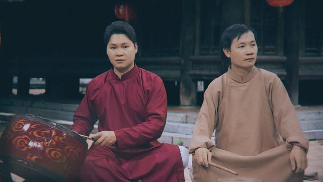 """Nhạc sĩ Nguyễn Quang Long (bên phải) - tác giả của bài xẩm """"Tiêu diệt Corona"""""""