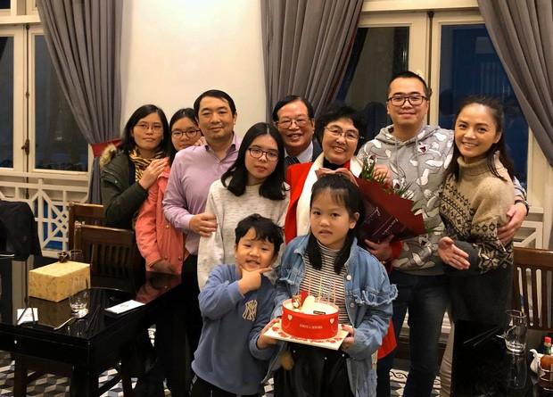 Một bức ảnh khác ghi lại việc Thu Quỳnh và con trai tham dự một sự kiện của gia đình bạn trai tin đồn