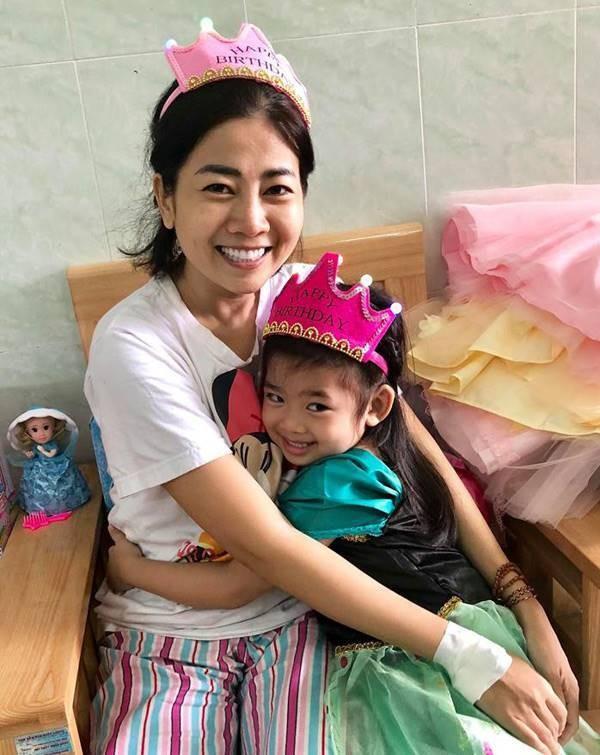 Mai Phương và con gái Lavie trong những ngày cô phải nằm viện điều trị bệnh ung thư
