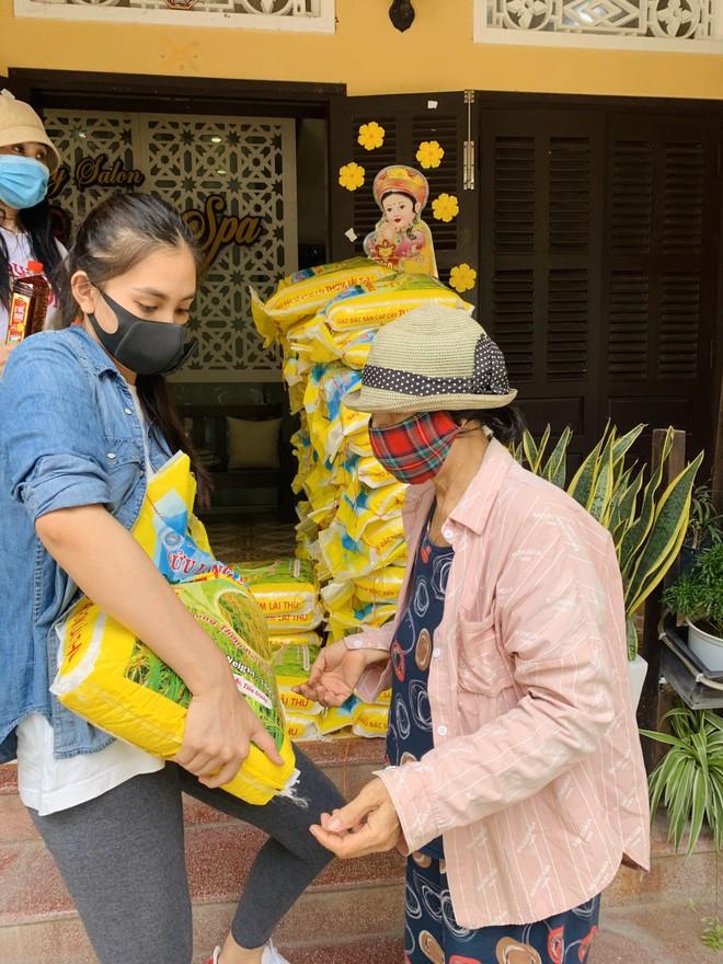 Hoa hậu Tiểu Vy tặng gạo, dầu ăn và nước mắm cho người nghèo ảnh 3