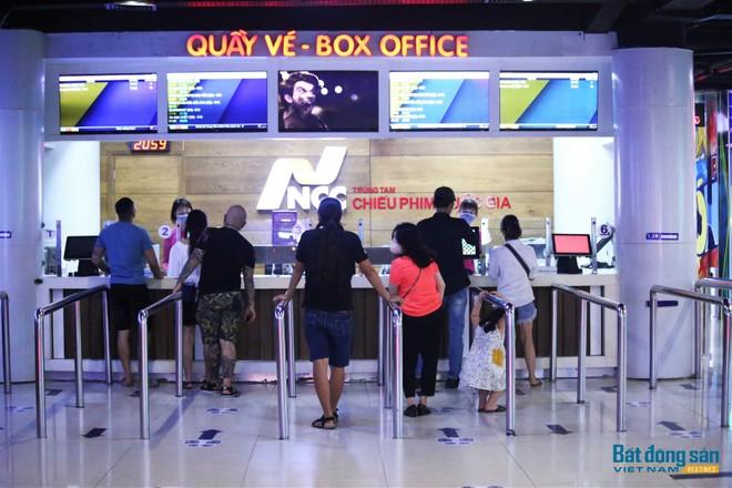 Khán giả trở lại mua vé xem phim tại Trung tâm chiếu phim quốc gia