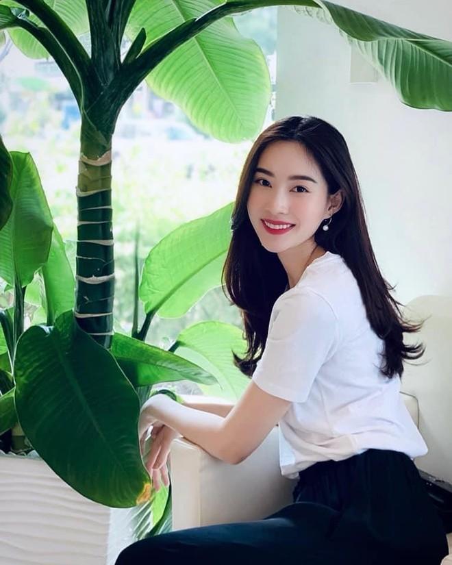 Hình ảnh đầu tiên của Hoa hậu Đặng Thu Thảo sau khi sinh con khiến người hâm mộ ngỡ ngàng