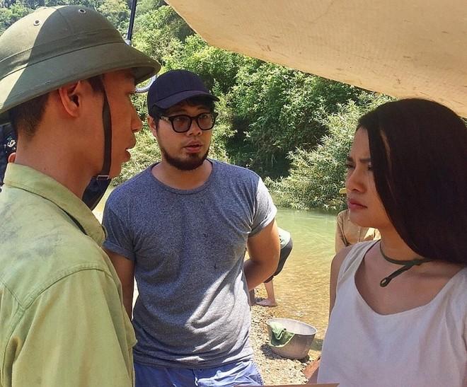 """Đạo diễn Đinh Tuấn Vũ (giữa) chỉ đạo một cảnh quay trong """"Truyền thuyết về Quán Tiên"""""""