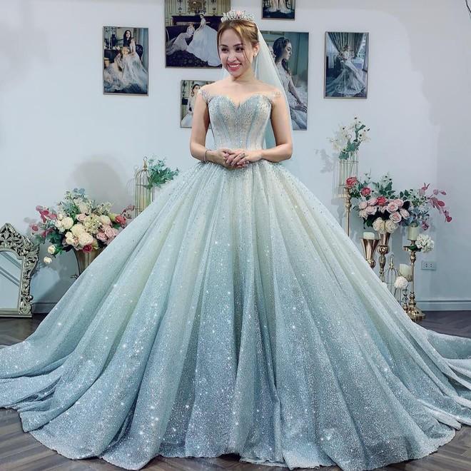 Sau tin đồn sắp kết hôn, Vân Hugo đăng ảnh mặc váy cô dâu