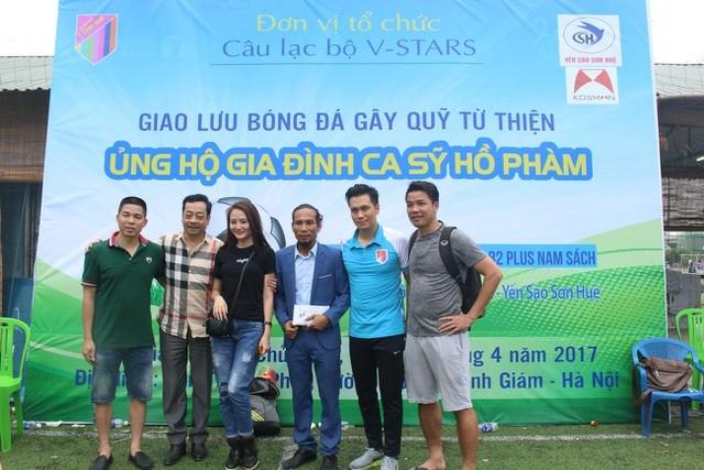 Năm 2017, NSND Hoàng Dũng, diễn viên Việt Anh...cùng nhiều nghệ sĩ đã tổ chức hoạt động giao lưu bóng đá gây quỹ từ thiện để giúp đỡ Hồ Phàm có tiền điều trị bệnh cho vợ