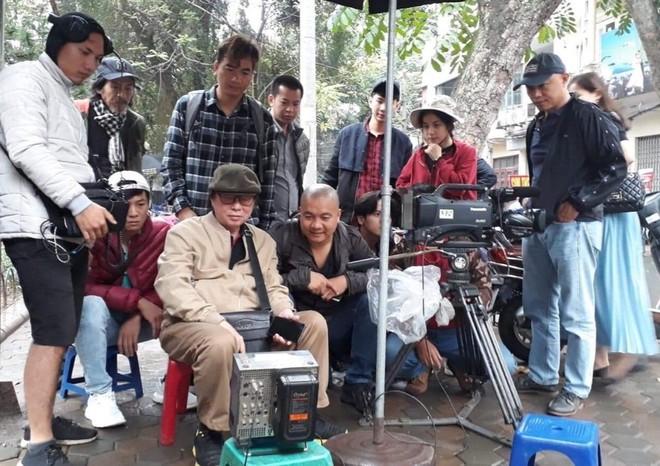"""Đạo diễn NSND Đặng Nhật Minh chỉ đạo một cảnh quay trên phim trường khi quay bộ phim """"Hoa nhài"""""""