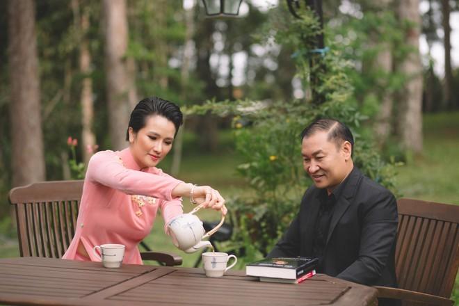 Cao Thuỳ Dương và thầy giáo - TS Nguyễn Hà Bằng - người đã giúp cô rất nhiều trong việc hoàn thành cuốn sách đầu tay sắp ra mắt