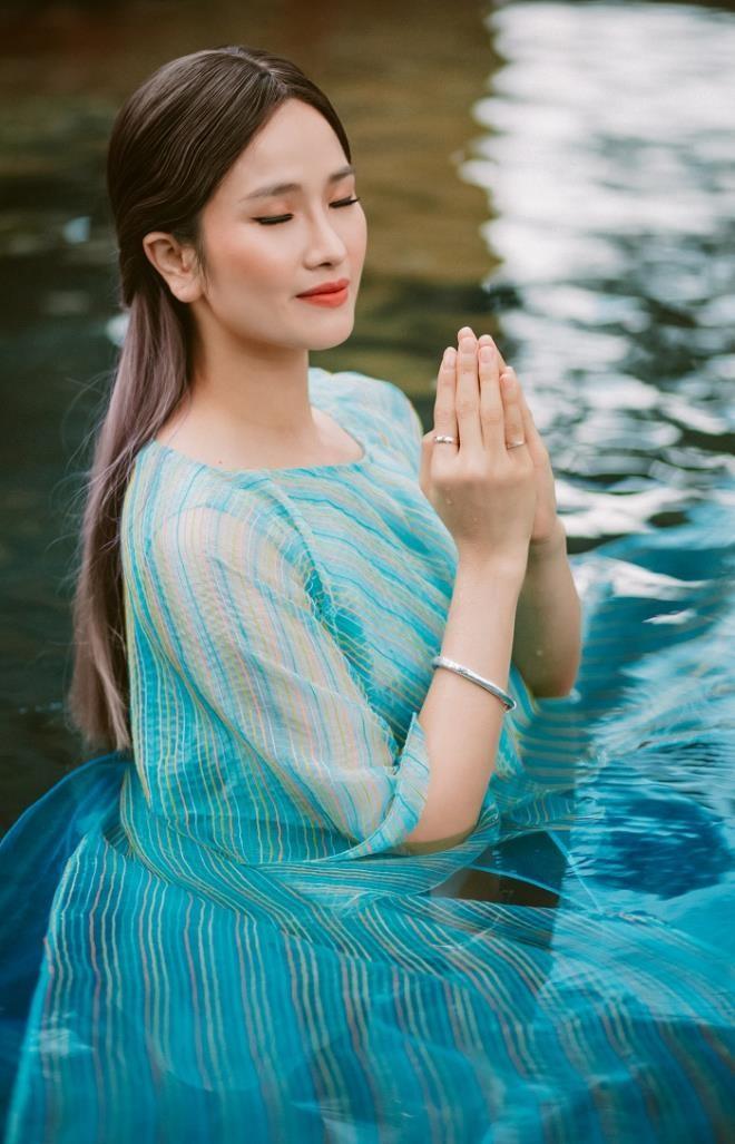 """Hoa hậu """"mất tích"""" Cao Thùy Dương tái xuất, chuẩn bị ra tự truyện"""