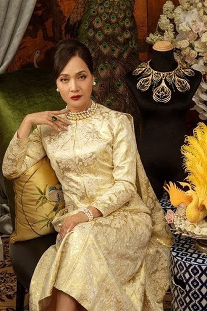 """Tạo hình quý phái của NSND Lê Khanh trong """"Gái già lắm chiêu 3"""""""