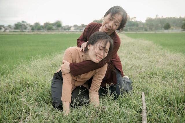 """Huyền Trang diễn xuất xúc động khi hóa thân vào người con gái ở hậu phương trong dự án """"Mãi vẹn nguyên"""""""