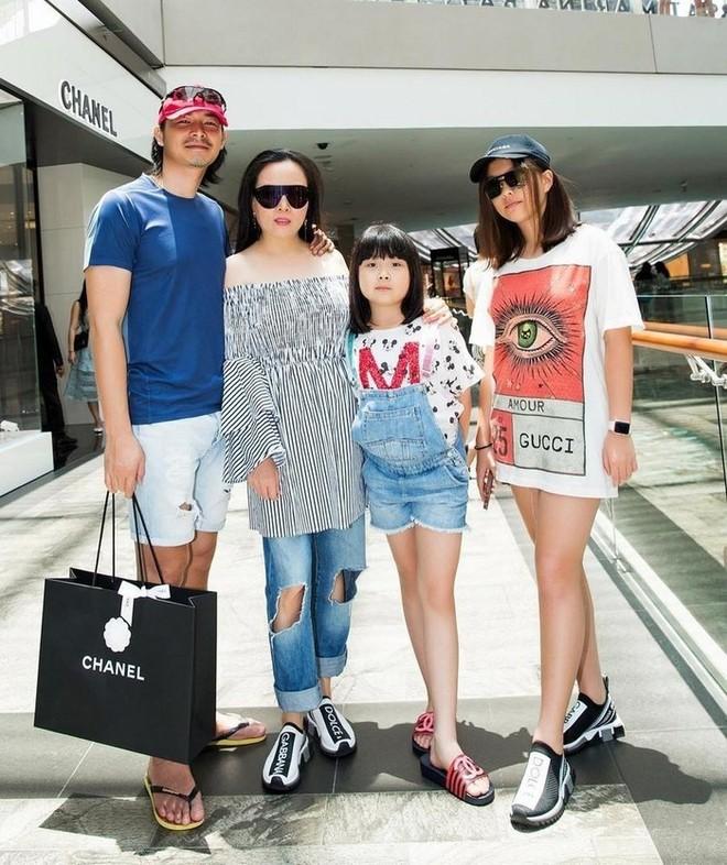 Quách Ngọc Ngoan và Phượng Chanel cùng hai con gái riêng của cô