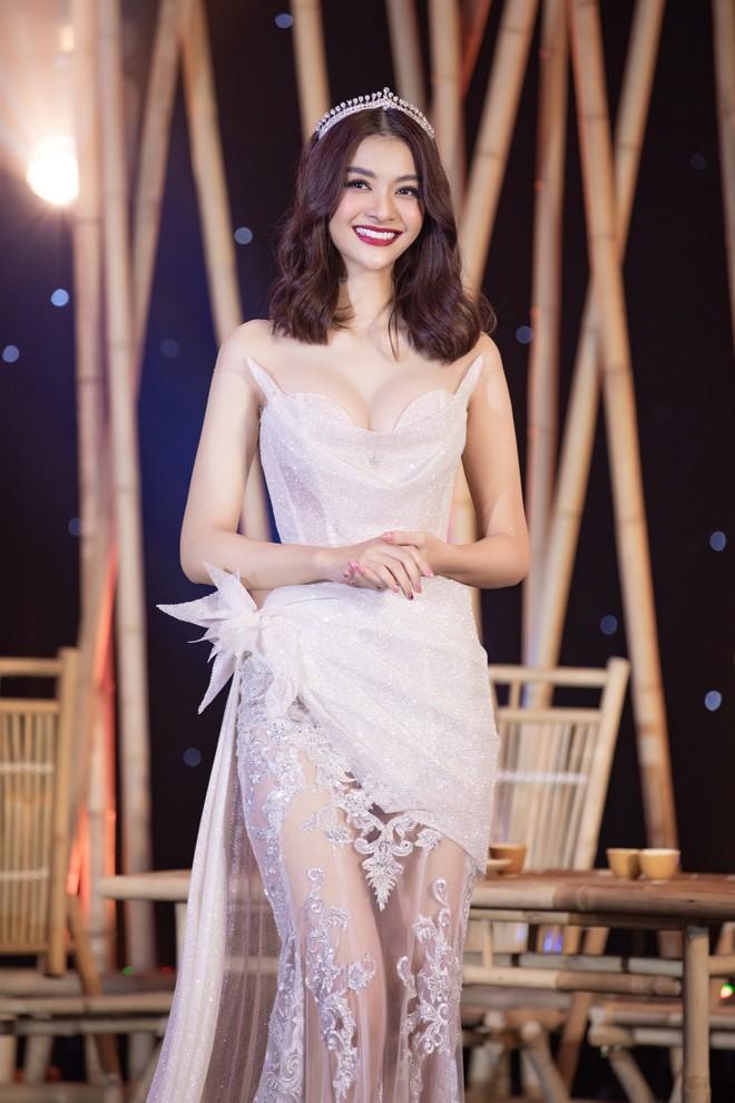 Á hậu Kiều Loan trong mẫu áo dạ hội đấu giá