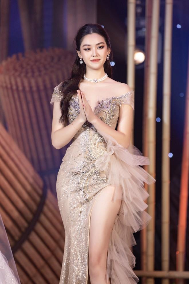 Á hậu Tường San trong mẫu áo dạ hội đấu giá