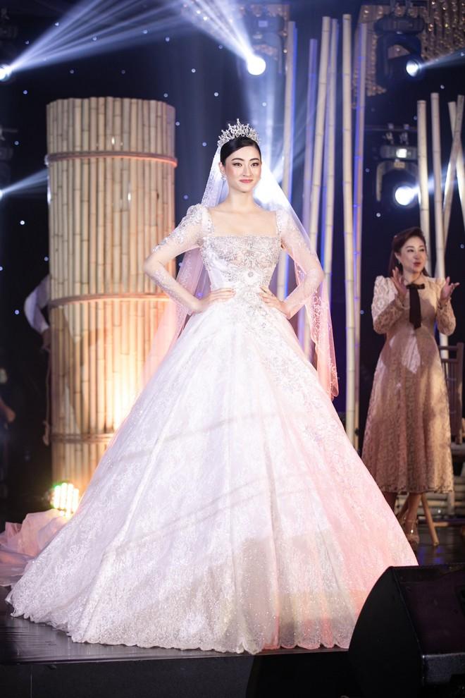 Bộ váy cưới do Hoa hậu Lương Thùy Linh mặc mang về số tiền đấu giá 405 triệu đồng