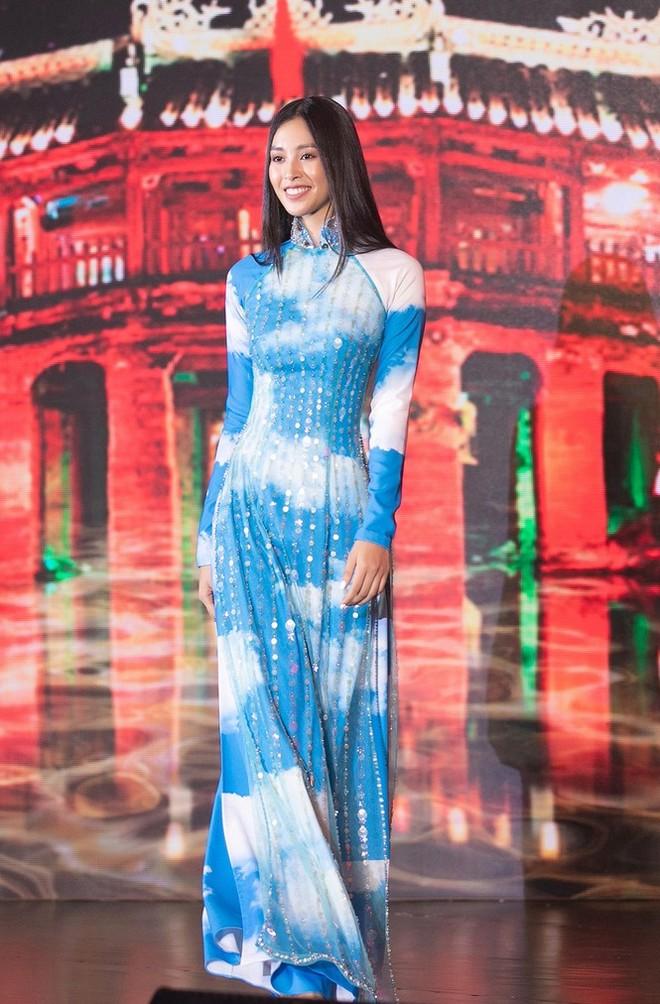 Hoa hậu Tiểu Vy trong mẫu áo dài do của nhà thiết kế Công Trí