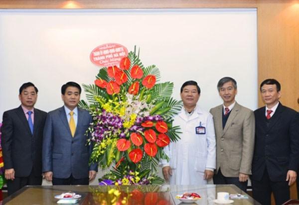 Chủ tịch UBND TP Hà Nội Nguyễn Đức Chung chúc mừng cán bộ, y, bác sĩ, nhân viên Bệnh viện Bạch Mai nhân Ngày Thầy thuốc 27-2