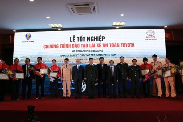 Lãnh đạo Bộ Công an, TMV và Tập đoàn ô tô Toyota Nhật Bản chúc mừng các giảng viên tốt nghiệp chương trình