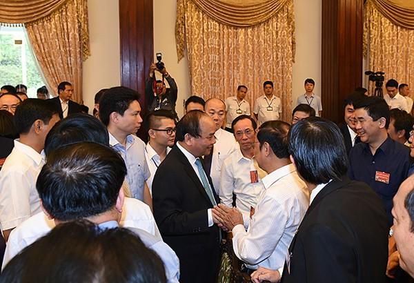 Thủ tướng Chính phủ Nguyễn Xuân Phúc tiếp xúc, trò chuyện với các đại biểu trước giờ khai mạc Hội nghị - Ảnh: VGP/Quang Hiếu