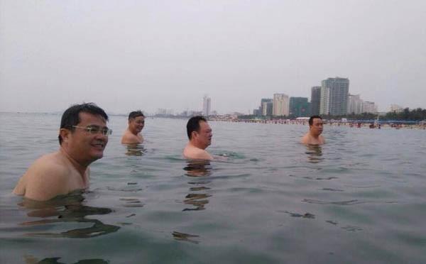 Lãnh đạo sở, ngành tắm biển nhằm chứng tỏ biển Đà Nẵng rất sạch