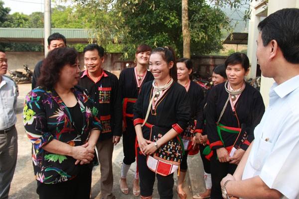 Chủ tịch HĐND TP Nguyễn Thị Bích Ngọc trao đổi với cử tri