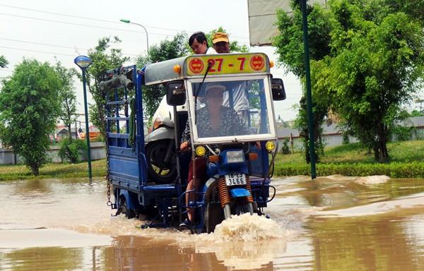 Chung cư Hà Đông bị nước ngập bao vây: Bắc cầu tạm cho dân đi